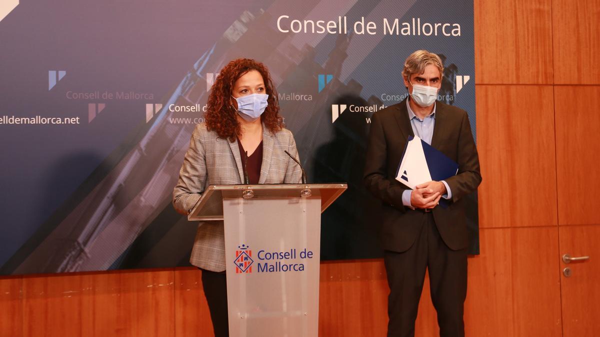 La presidenta del Consell, Catalina Cladera, junto con el conseller de Hacienda, Pep Lluis Colom, hoy en rueda de prensa.