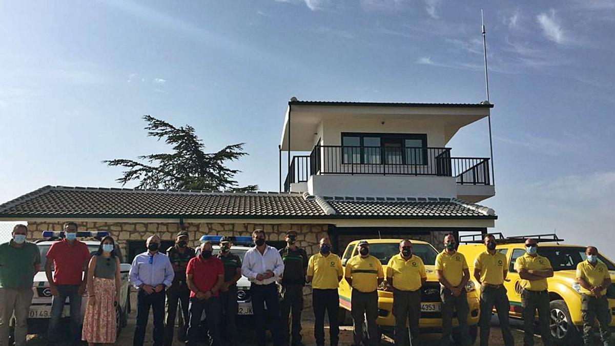 El director general del Medio Natural, Fulgencio Perona, junto a los trabajadores de La Rogativa.   CARM
