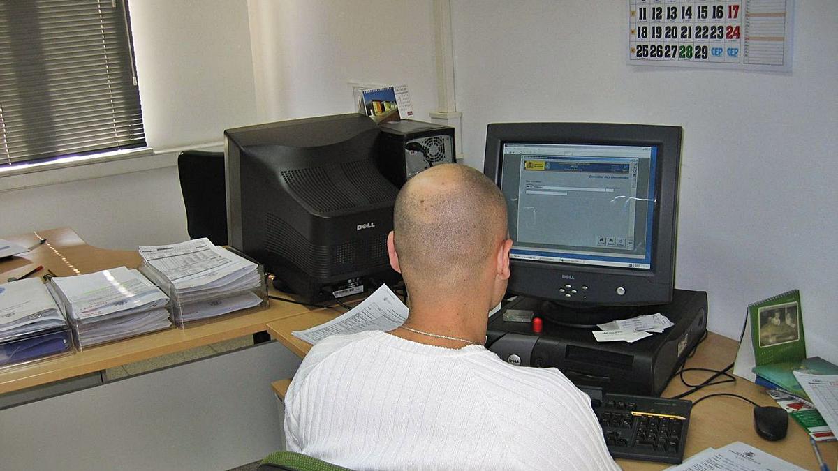 Un policía nacional invesgita delitos informáticos en la Comisaría de Zamora.
