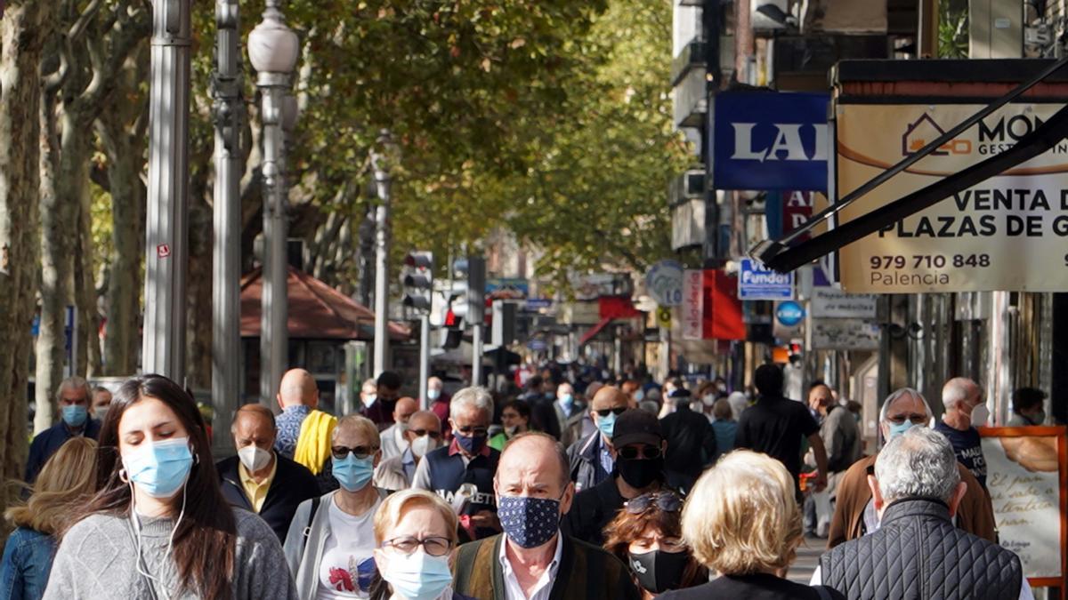 Personas pasean por el Paseo Zorilla de Valladolid.