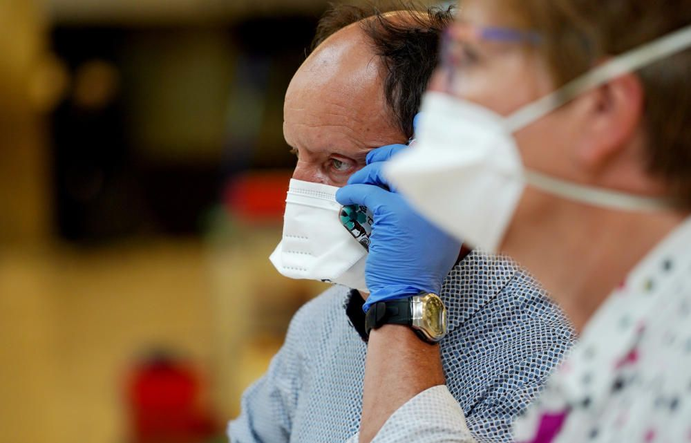 MADRID. 19.03.2020. CORONAVIRUS. Miembros de la UME limpian el aeropuerto de Barajas, terminal T4. En la imagen un hombre y una mujer con mascarilla. FOTO: JOSE LUIS ROCA