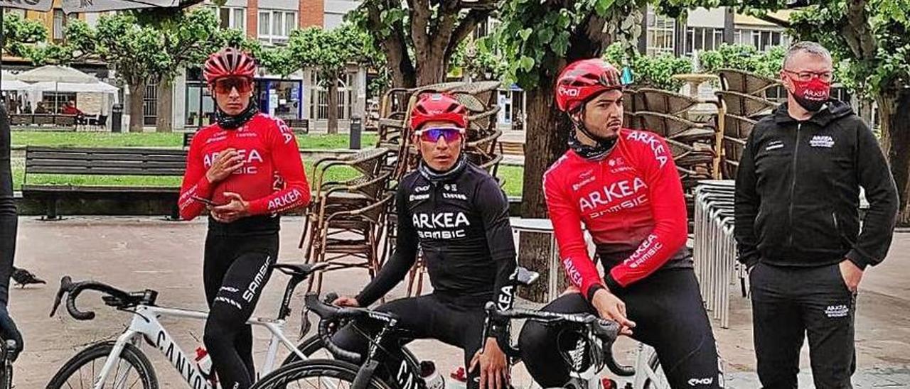 Nairo Quintana, en el centro, con varios compañeros del Arkea tras reconocer el recorrido de primera etapa
