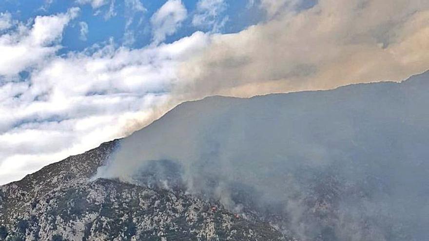 Un incendio en Peñamellera Baja obliga a movilizar a una brigada desde Cantabria