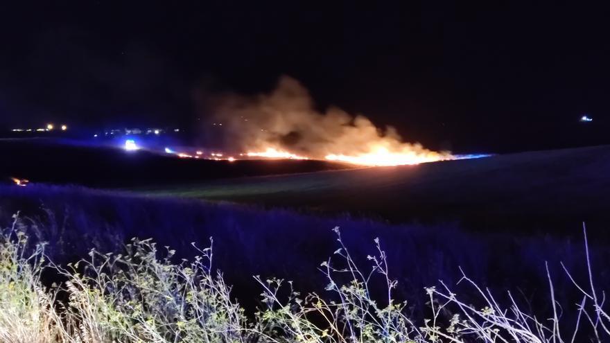 La avería de un coche, causa probable de un incendio en la carretera de La Hiniesta
