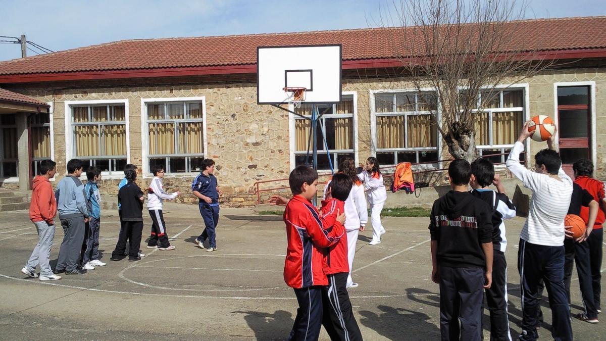 Niños jugando en el colegio de Ferreras de Abajo