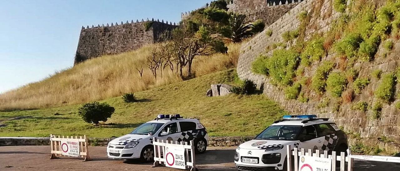 Dos unidades de la Policía Local blindaban ayer el acceso a la muralla de la fortaleza y el parque.