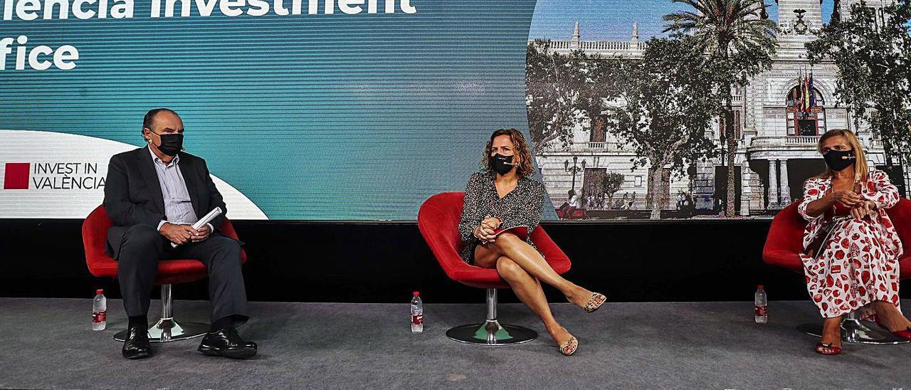 José Vicente Morata, Pilar Bernabé y Eva Blasco, en la presentación de la oficina. | FRANCISCO CALABUIG