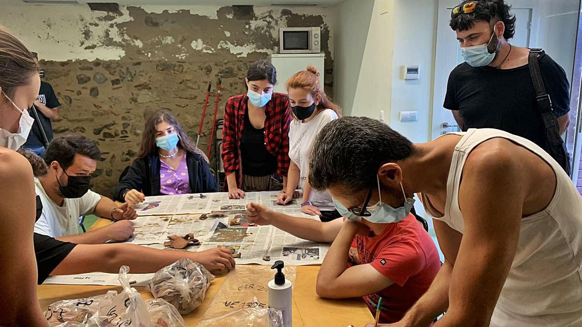 Quinze nous arqueòlegs es formen a les excavacions de la vila medieval rosinca
