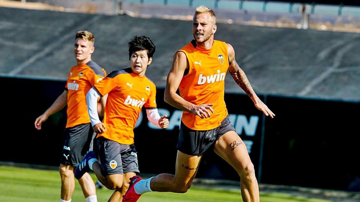 Kang In Lee y Uros Racic prueban remates en la sesión preparatoria.