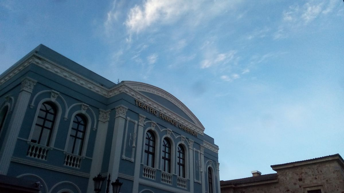 El cielo de Zamora capital a la altura del teatro Ramos Carrión, esta mañana de miércoles.