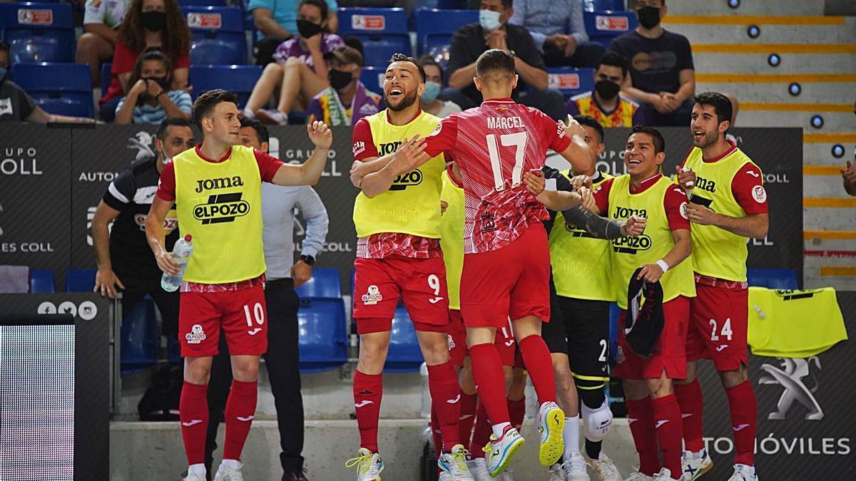 Los jugadores del banquillo celebran con Marcel el primer gol del partido.   PALMA FUTSAL