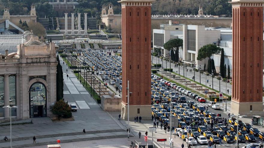 Més d'un centenar de taxistes es concentren a Barcelona contra el retorn d'Uber