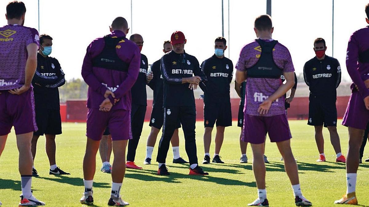Luis García habla con sus jugadores durante un entrenamiento en Son Bibiloni.