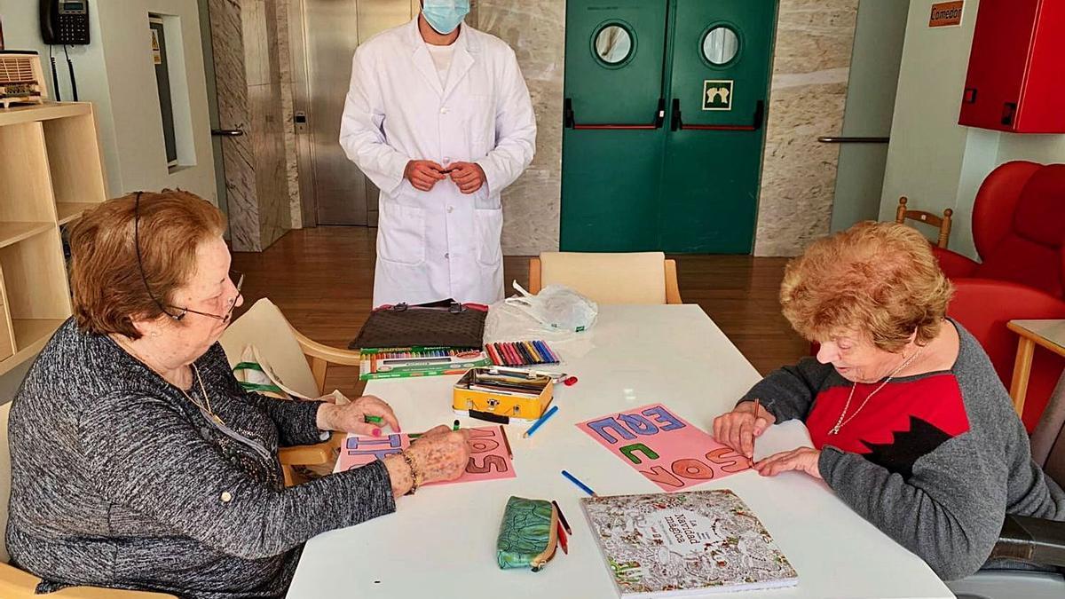 Auxiliares de enfermería acompañan a los usuarios durante sus paseos o actividades por las residencias de mayores. | |  LOZ