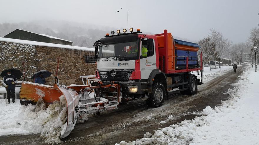 Las máquinas retiran la nieve en las carreteras de la Alta Sanabria