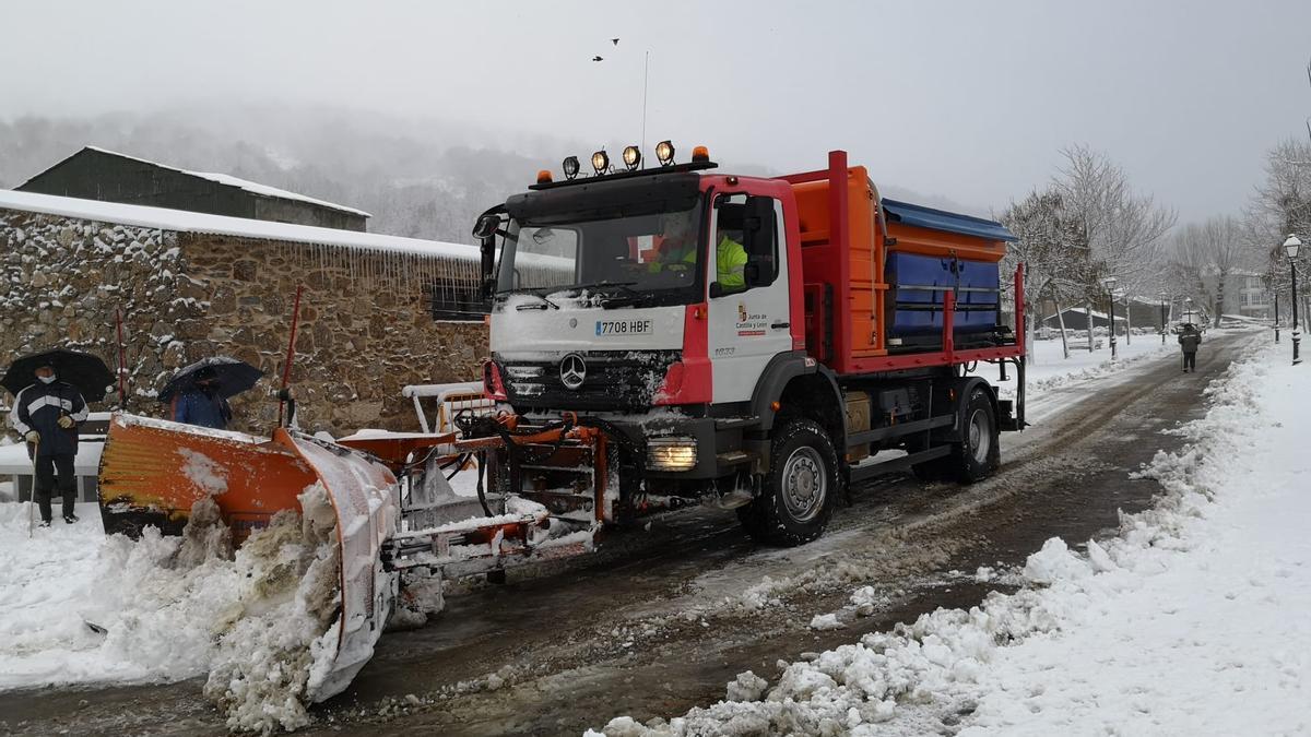 Las máquinas luchan contra la nieve en la Alta Sanabria.