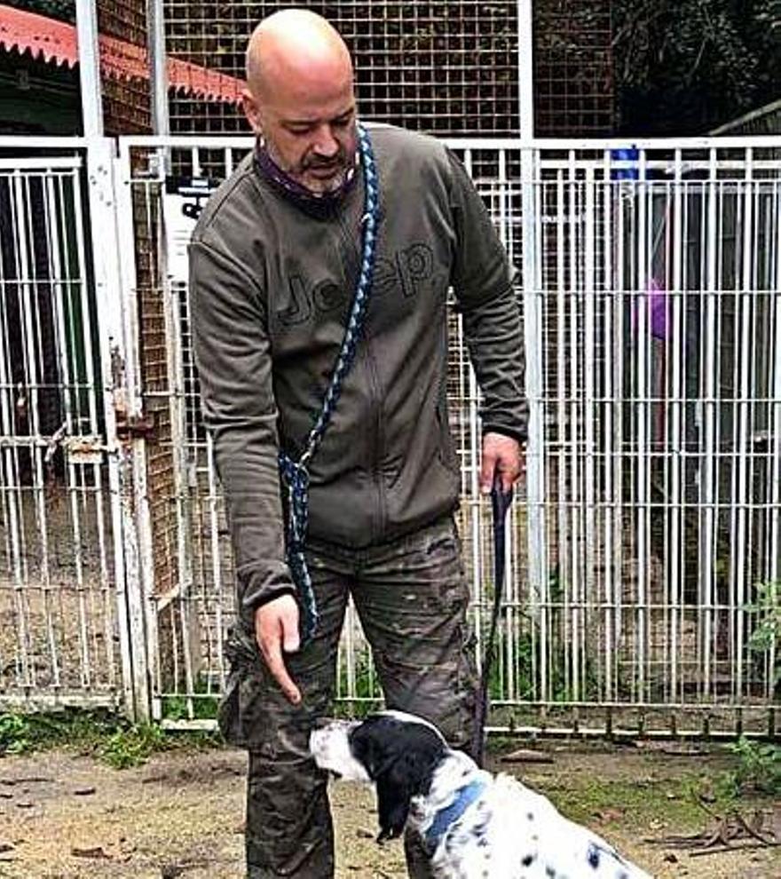 Ambrosio, con un perro en el albergue de animales de Mieres.