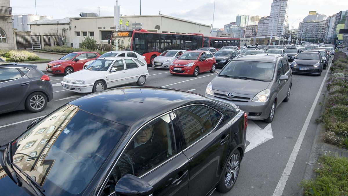 Vehículos en un atasco de circulación en Linares Rivas.