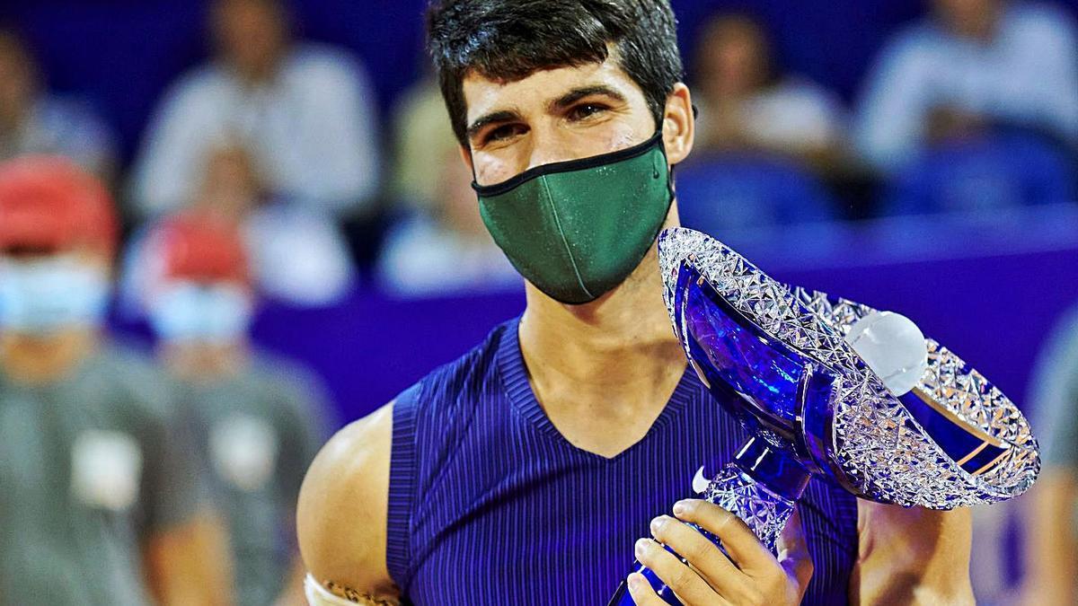 Carlos Alcaraz, con su trofeo de campeón en Umag.    EFE