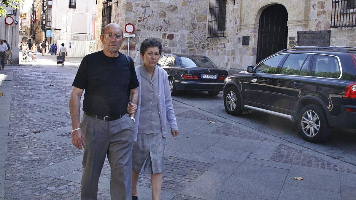 Magdalena Bernús pasea junto a su marido en la única visita que ha realizado a Zamora, hace ya trece años . | J. F.