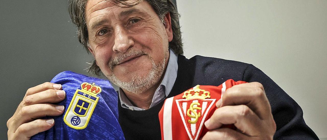 Raúl Ruiz con un camiseta del Oviedo y otra del Sporting ayer en LA NUEVA ESPAÑA