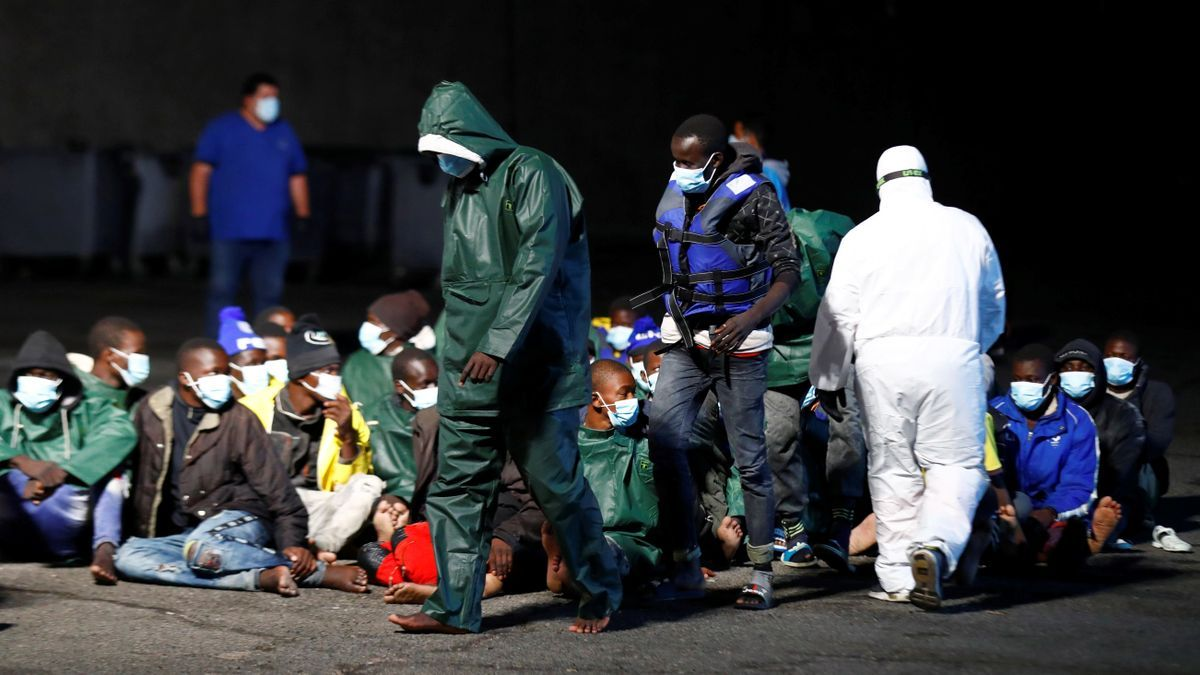 Inmigrantes llegados la pasada noche al muelle de Arguineguín.