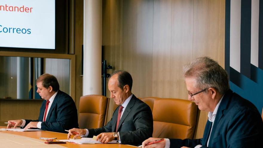 Santander y Correos firman un acuerdo para ofrecer servicios financieros básicos en toda España