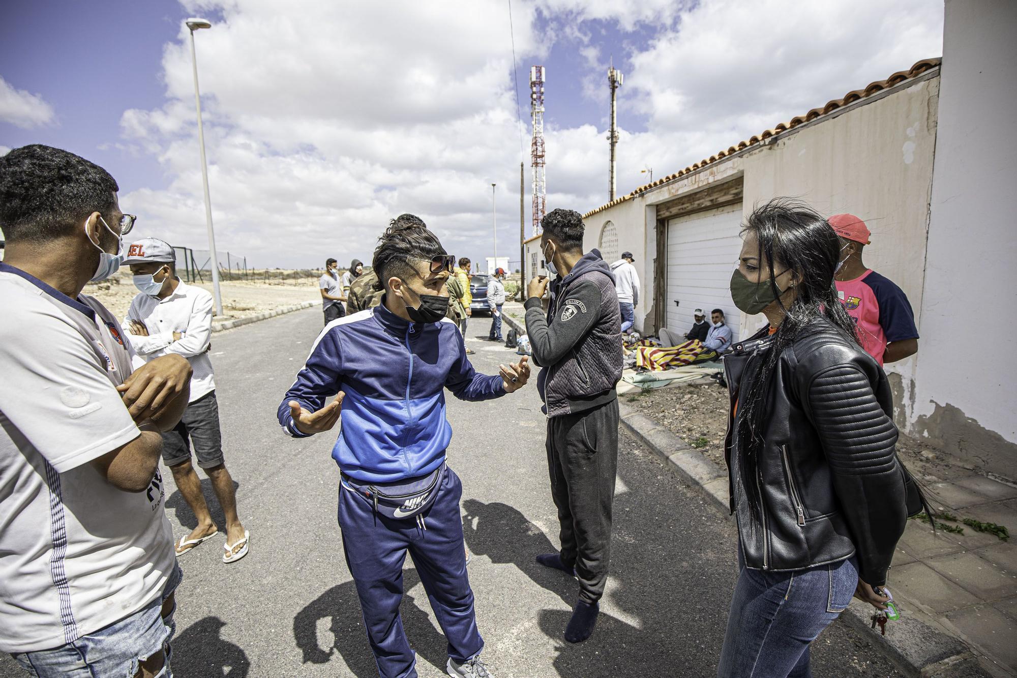 Migrantes fuera del CIE El Matorral en Fuerteventura