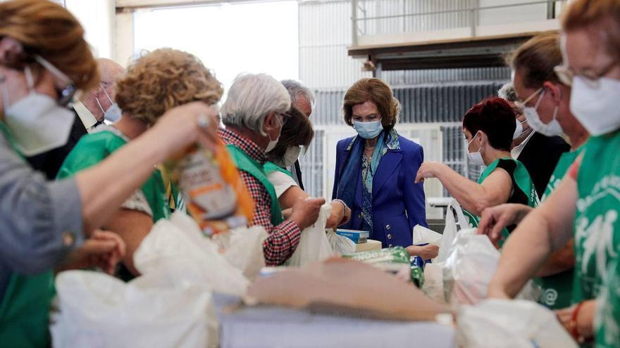 La reina emérita Doña Sofía visita el Banco de Alimentos de La Pobla de Vallbona