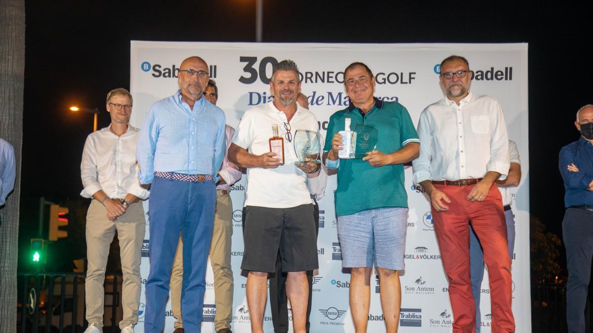Los ganadores del Trofeo de Handicap 1ª categoría, Uwe Huber y Ángel Bianco, recibieron el premio de manos de Paco Sales y Tomeu Matemales del Banco Sabadell.