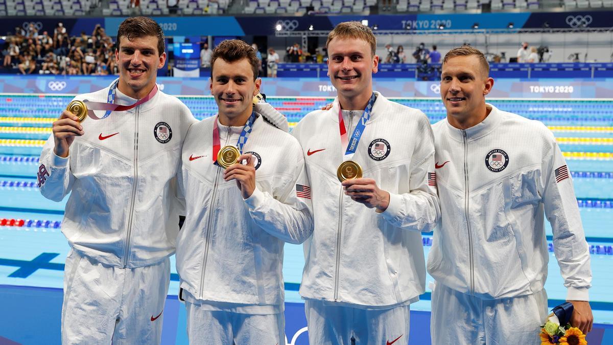 Los estadounidenses Caeleb Dressel, Blake Pieroni, Bowen Becker y Zach Apple  celebran con las medallas de oro.