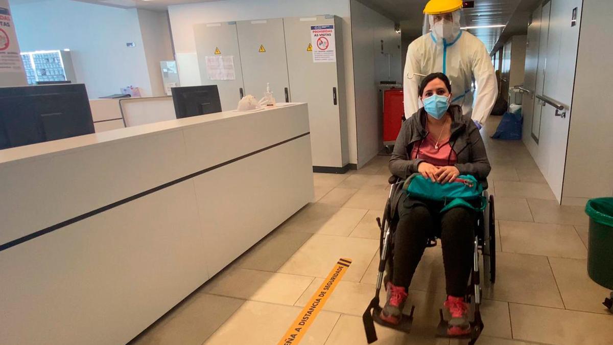 Montserrat Gómez, saliendo  del hospital de Ourense tras superar el coronavirus y recibir el alta