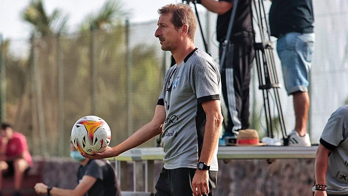 Luis Miguel Ramis viajó ayer a San Pedro del Pinatar con el equipo coincidiendo con su cumpleaños (51). | | MARÍA PISACA