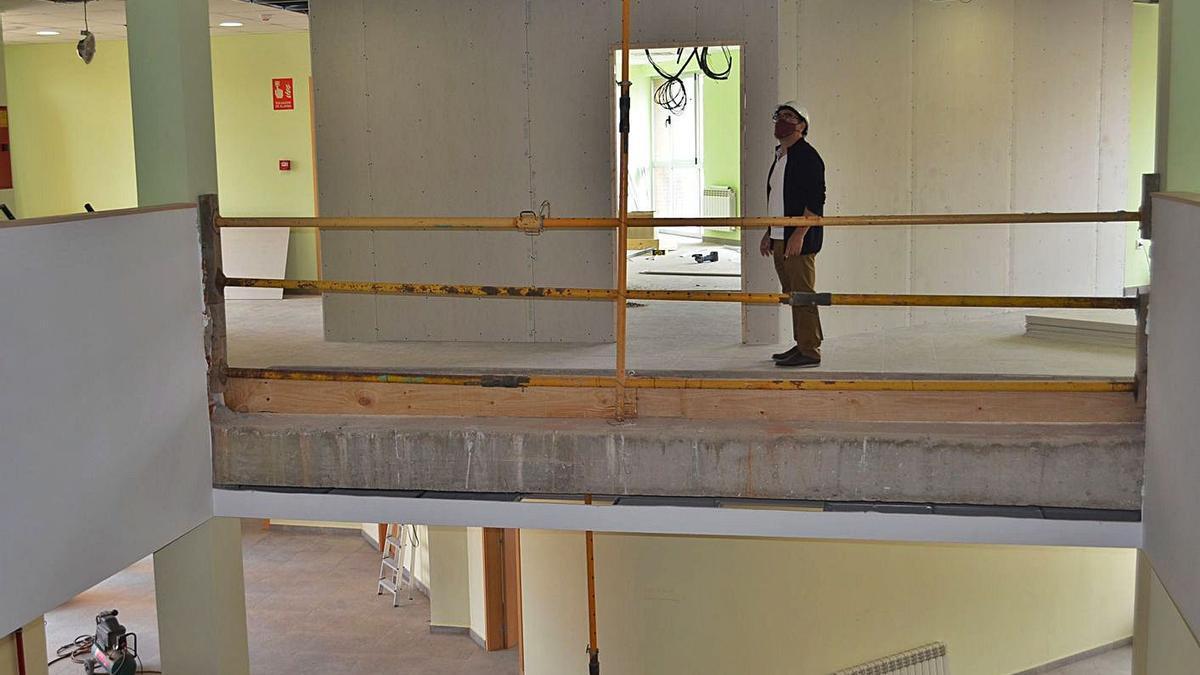 El concejal de Administración Interior, en la tercera planta del edificio administrativo del Ferial, en obras.   E. P.