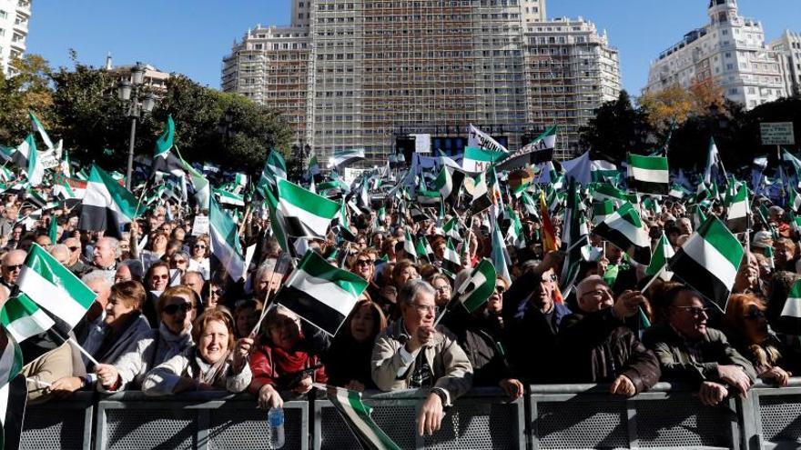 """Miles de extremeños toman Madrid por """"un tren digno"""""""