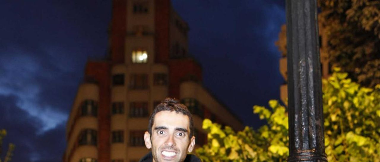 Dani Navarro, anoche, en la plaza de San Miguel de Gijón.