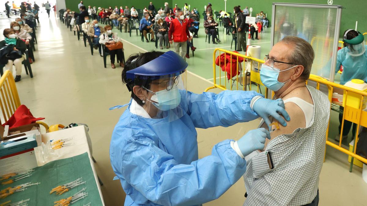 Un hombre se vacuna en Ciudad Rodrigo, Salamanca.