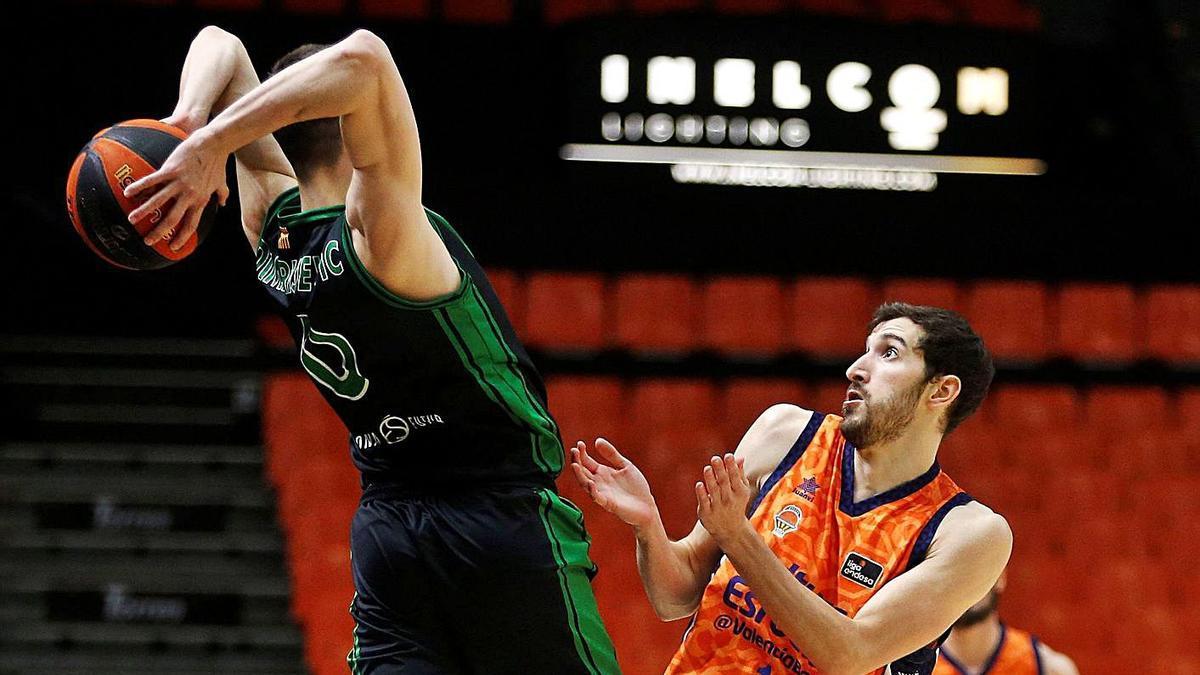 Guillem Vives disputa el balón a un rival durante el partido de ayer en La Fonteta.  | MIGUEL ÁNGEL POLO/EFE