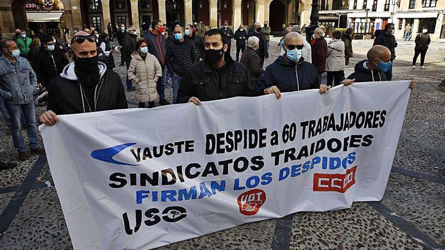 Protesta por los despedidos de Vauste en la plaza Mayor