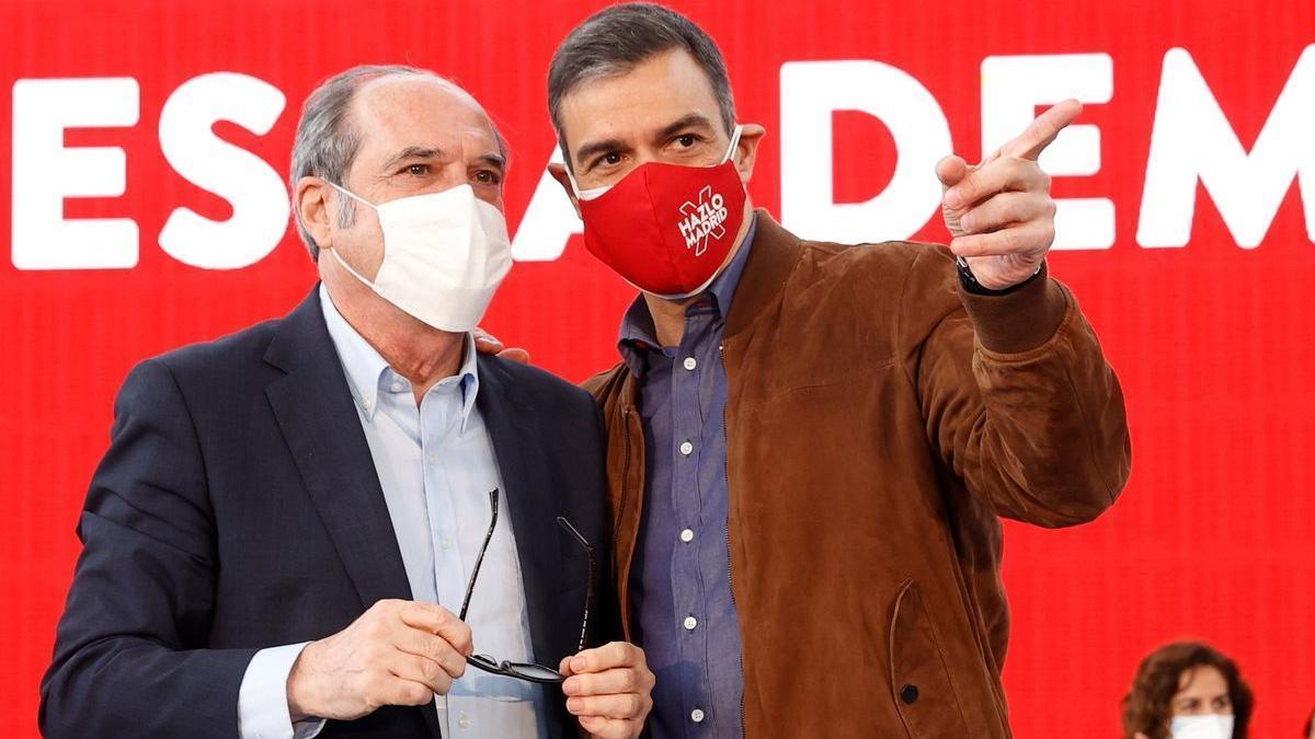 El presidente del Gobierno, Pedro Sánchez, con el candidato socialista el 4-M, Ángel Gabilondo