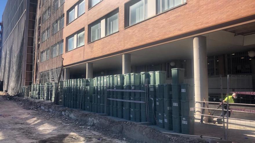 Los residuos de pacientes covid se acumulan en el exterior del Hospital Clínico de València