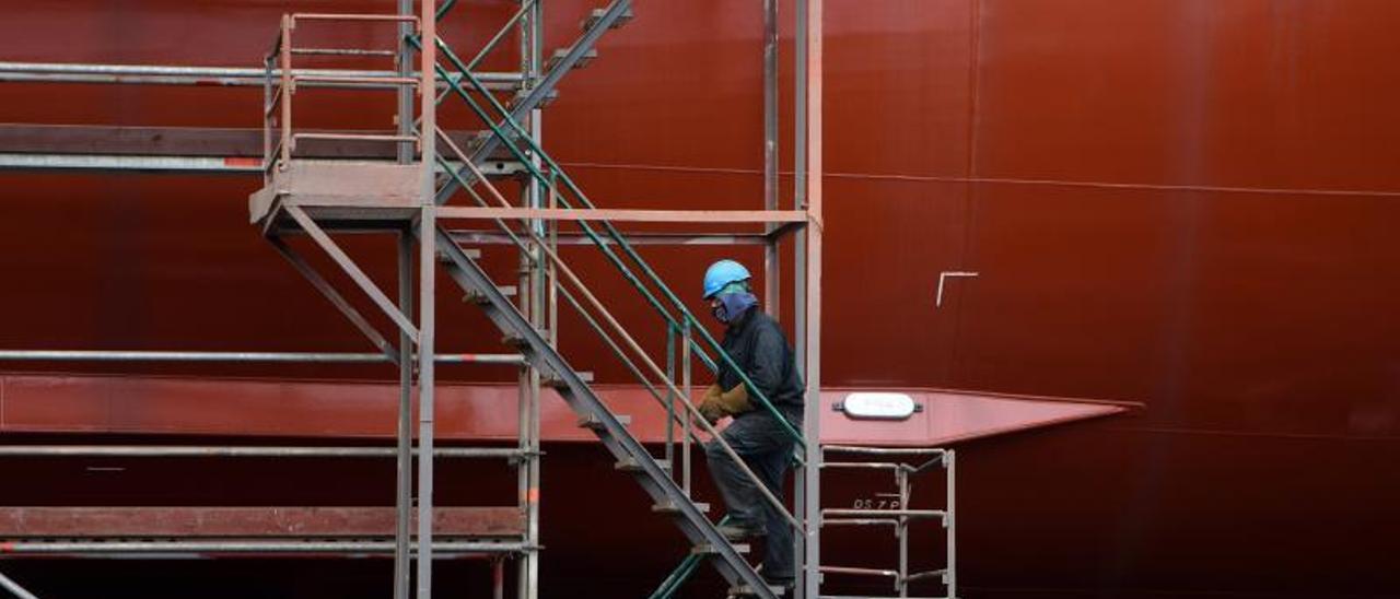 Un trabajador en el astillero Nodosa, de Marín. |   // GUSTAVO SANTOS