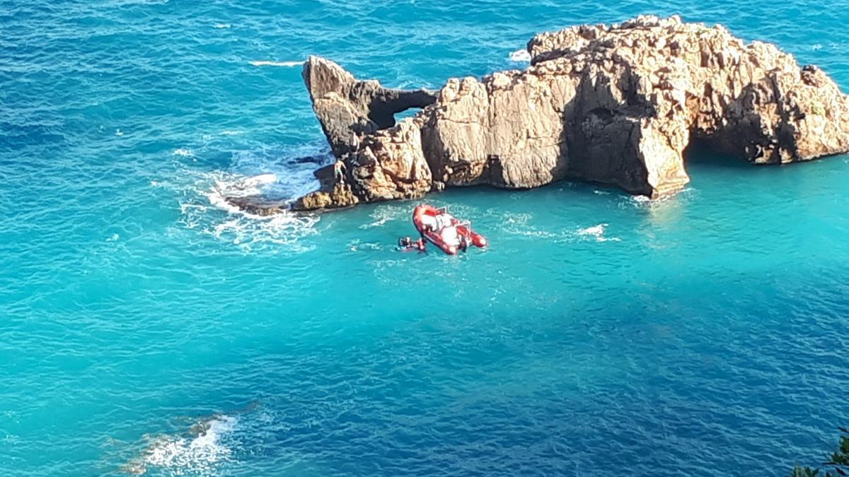 La embarcación se acercó todo lo posible y los rescatadores llegaron a nado hasta los atrapados