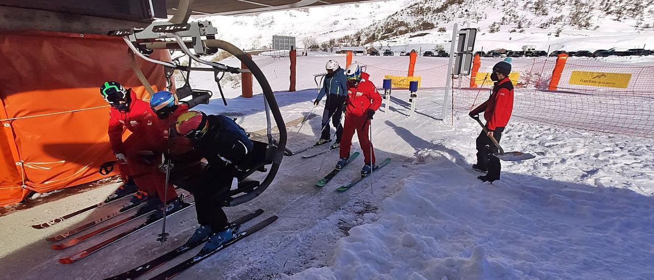 Esquiadores cogen un remonte en Fuentes de Invierno el primer día de la pasada temporada.   A. Velasco