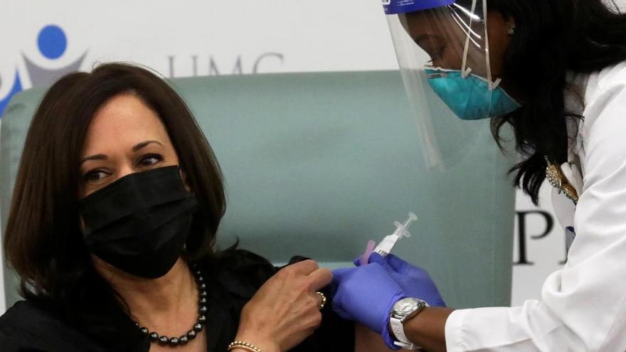"""Kamala Harris recibe en público la vacuna y dice que """"se trata de salvar vidas"""""""
