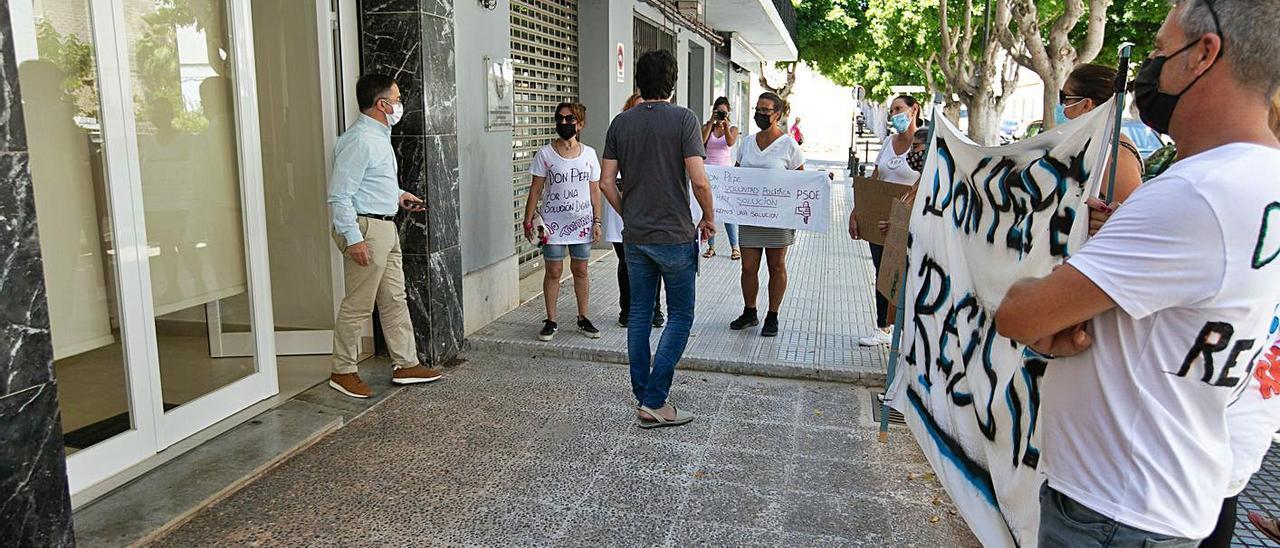 Marí Ribas sale de la sede del PSOE y se encuentra a los vecinos de los Don Pepe.   VICENT MARÍ
