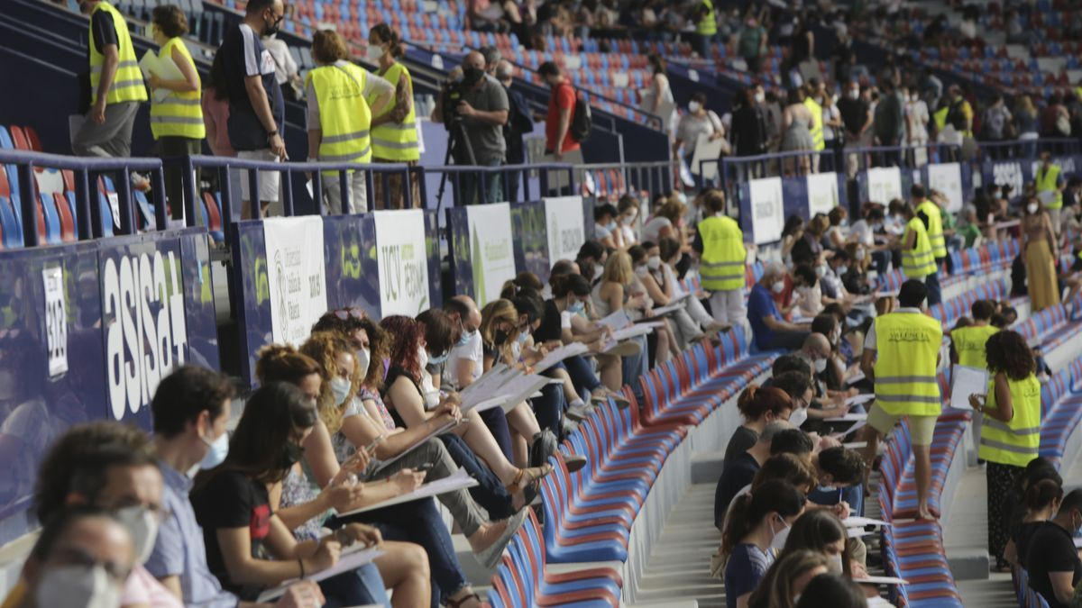 El estadio del Levante UD se convierte en una aula para 5.400 aspirantes a puestos de la Diputación