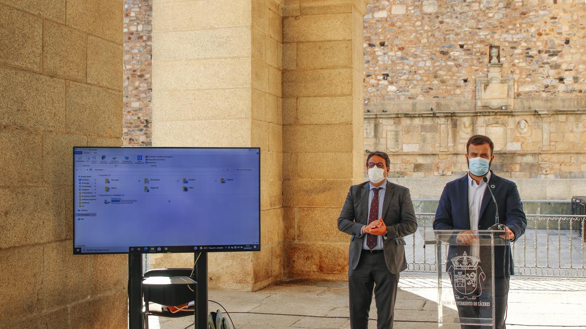 El consejero José María Vergeles y el alcalde de Cáceres, esta mañana en la presentación del proyecto.