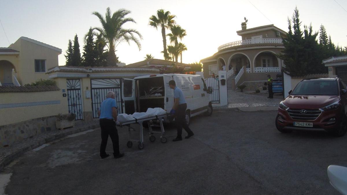 Traslado del cadáver del niño de 4 años ahogado en una piscina de Rojales