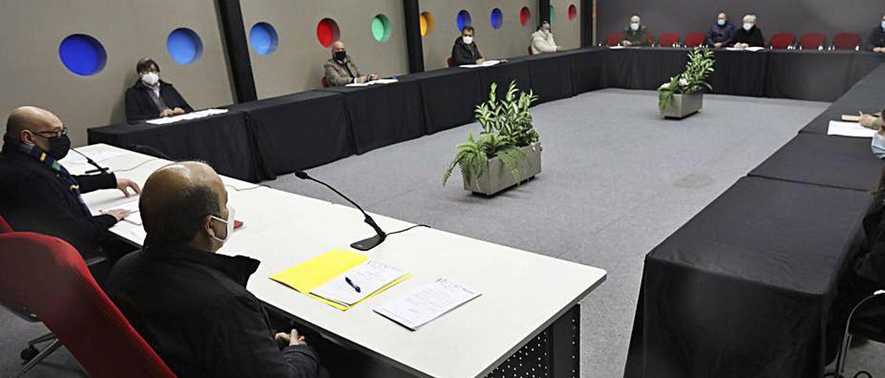 Los integrantes del Consorcio del Albergue de Animales, en la reunión celebrada en diciembre en el pabellón de La Magdalena.   Ricardo Solís